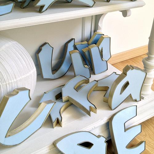 lettres d 39 enseigne lumineuse brocanteandco boutique en ligne de brocante. Black Bedroom Furniture Sets. Home Design Ideas