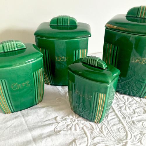 Serie de pots à épices verts