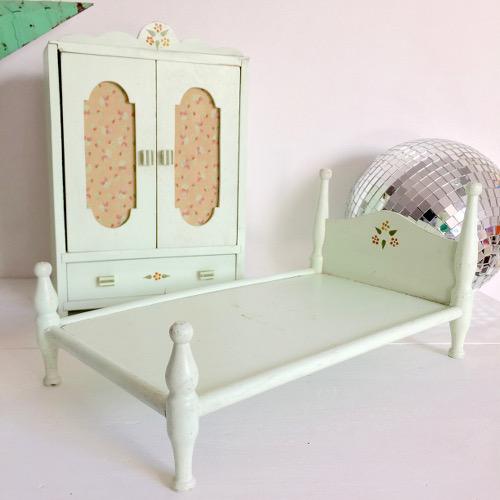 lit et armoire de poup e brocanteandco boutique en ligne de brocante. Black Bedroom Furniture Sets. Home Design Ideas