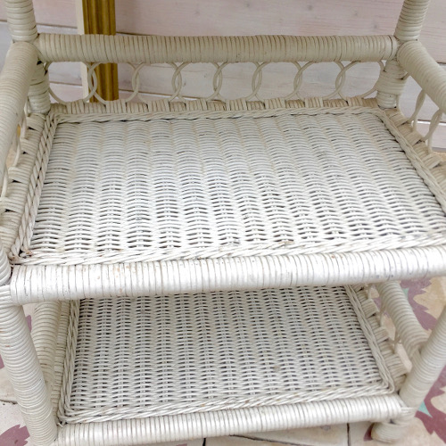 etag re peacock en rotin blanc brocanteandco boutique en ligne de brocante. Black Bedroom Furniture Sets. Home Design Ideas