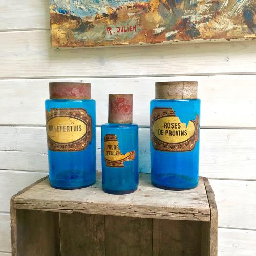 Flacons de pharmacie bleus