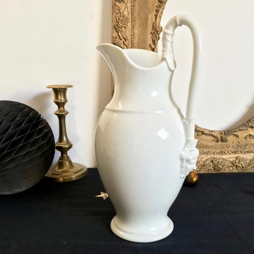 Broc en porcelaine