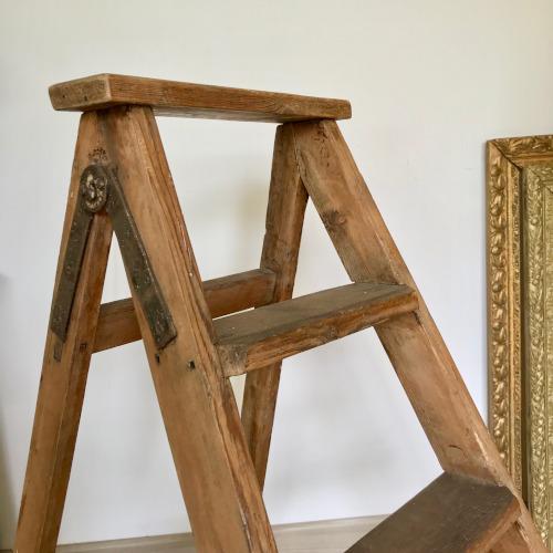 escabeau en bois brocanteandco boutique en ligne de. Black Bedroom Furniture Sets. Home Design Ideas