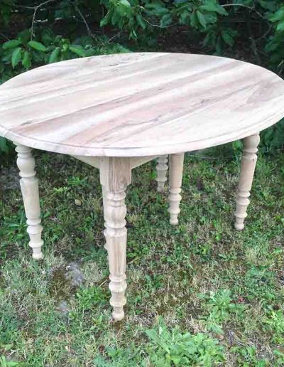 Décapage d'une table ronde en bois - après