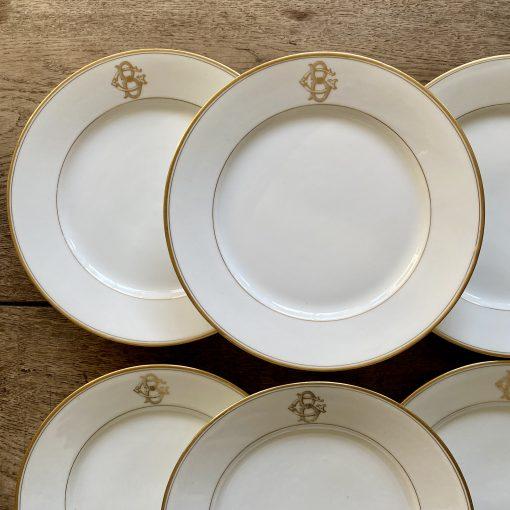 Assiettes en porcelaine monogrammées